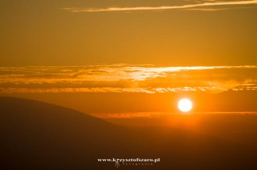 Słońce powoli chowa się za zboczem masywu Babiej Góry...