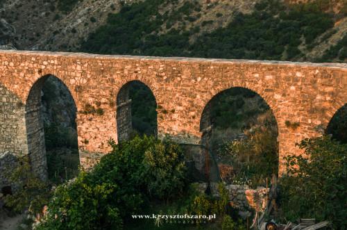 zabytkowy turecki akwedukt....